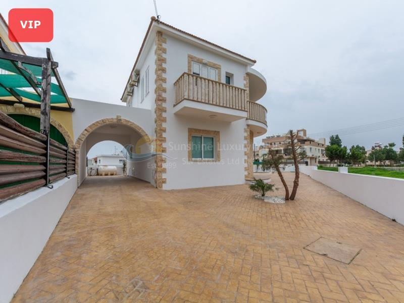 Villa in Deryneia